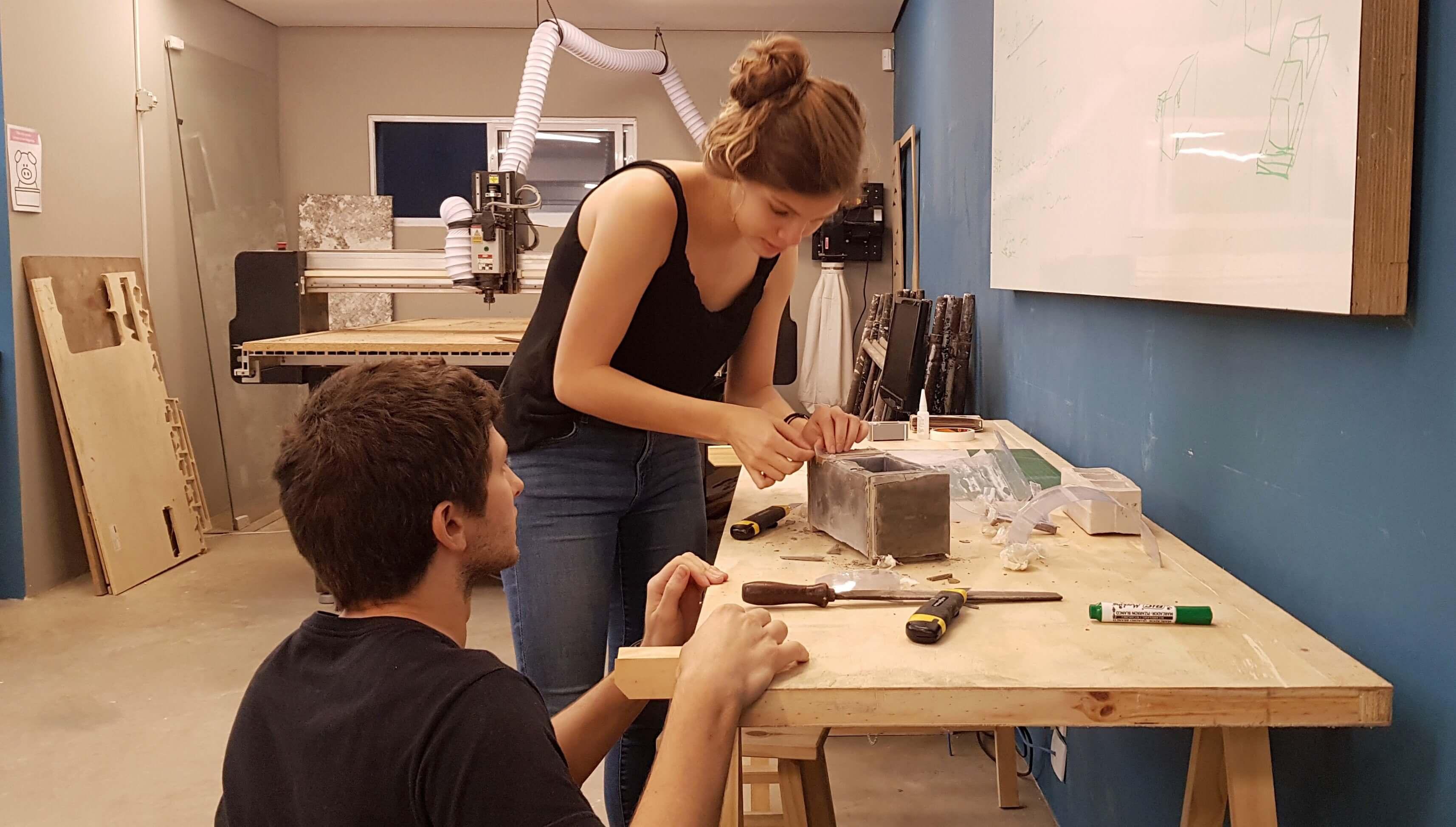 Mão na massa: Bruna tirando o molde da primeira versão do produto na oficina