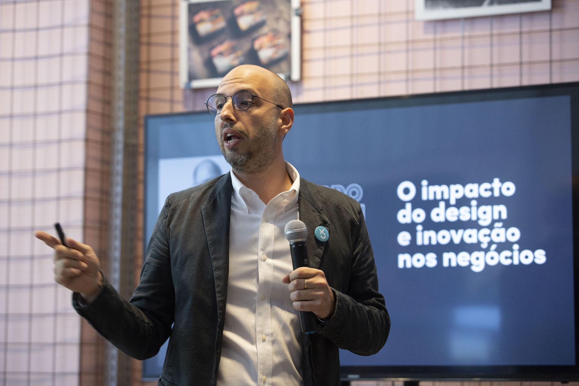 palestra de leonardo massareli, cco da questtonó, no evento inovar é preciso na sede da questtonó, no bairro pompeia, em são paulo. crédito joyce cury